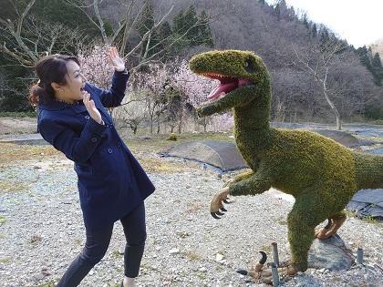 恐竜に驚く画像