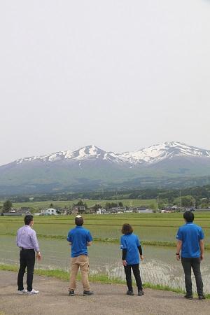 鳥海山を見つめるスタッフ