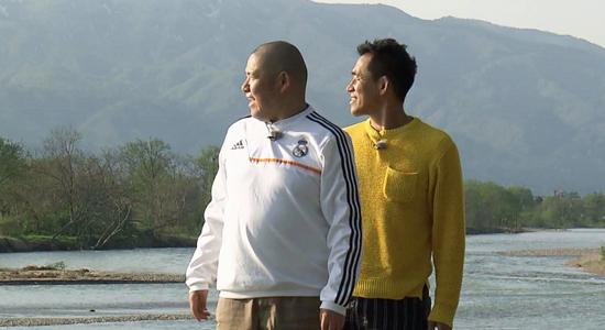 最上川を眺める石田さんと三瓶さん